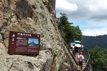 方洞栈道,是雁荡山景区比较有特色的风景,在山崖上开凿出栈道,沿着栈道就可以欣赏雁荡山的奇特风景。