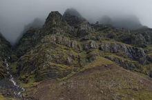 脱掉棉袄快速咔嚓了几分钟,就快被吹傻了,冰岛的风是带着侵略性的,无孔不入的凛冽。冰岛有许多活火山,黑