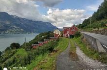 挪威峡湾,也是个看天吃饭的地方,早上的天气最好,天气一好风景就无敌,反之亦然,所以全靠人品,而且最好