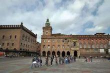 在马乔列广场东面,锁匠街(Via Clavature)周边的格子街道仍保留着罗马时代博洛尼亚的样子。
