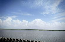海,堤坝,拍出来像壁纸一样!人生处处是风景。 三甲港海滨度假乐园位于上海华厦文化旅游开发区,位于浦东