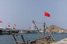 国庆的绥中港湾,五星红旗高高飘扬。漂浮在空气中的海鲜味,虽臭且香。漫步在海边,轻松惬意。回到港湾渔家