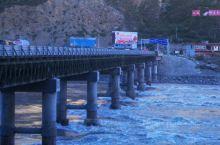 """金沙江大桥出名在于这个桥是四川和西藏的分界线,桥上有非著名景点牌""""西藏界"""",真正走过这里才能领略到他"""