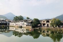 有800多年历史的苍坡古村,以文房四宝作为村庄的布局,保留完好的寨墙、道路、李氏祠堂、戏台,处处都透