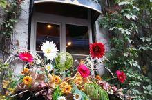 魁北克老城区的小香普兰街,法式乡村建筑,陡峭的台阶,复古的石头,优雅整洁的步行街,搭配明媚的阳光,昭