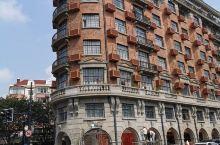 武康路位于上海市徐汇区,原名福开森路,以美国传教士约翰·福开森命名,由上海法租界公董局修筑于1907