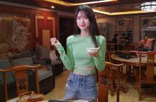 南宁滨都美食广场三周年到了,又准备举办十大名菜评选了,一众商家拿出新菜给美食大咖和模特试吃,一桌美食
