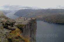 布道石是挪威的峡湾旅游标志。604米高的布道石是一块直插入峡湾的悬崖断壁,它是勇敢者的标志,有恐高症