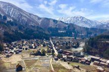 童话世界的小山村:白川乡合掌村 坐落在日本阿尔卑斯山脉的小山村,昨天刚刚下过雪还有一点积雪没有融化,