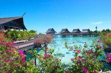 卡帕莱水上屋度假村,位于沙巴仙本那,是一座美丽的度假海岛,也是真正的纯水上屋。整座度假村建在一片沙州