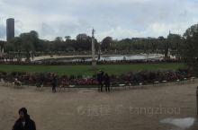 卢森堡公园。这是一个很漂亮、开阔、很雄伟的公园。旁边有一栋高大建筑,竟然有人站岗,问一下才知道,那是