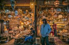 旅行路上,你喜欢逛集市吗? 马拉喀什的传统市场,位于古城内,是摩洛哥最大的传统市场。市场外面有个露天