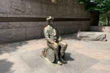 罗斯福纪念公园,分四个区: 一,水瀑。乐观主义与振奋人心的活力 。但水停了。 二,经济恐慌。全球经济