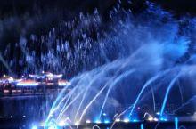 西湖音乐喷泉早已是一道靓丽的风景线了,但我却是第一次欣赏到。来到银泰广场,突然发现不远处有喷泉表演,