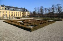 走入大花园,仿佛又回到了巴黎凡尔赛花园,大花园在一定程度上模仿了凡尔赛园林。花园内也和凡尔赛园林一样