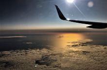 舷窗夕照  赫尔辛基(芬兰)——雷克雅未克(冰岛)  倚窗观景,夕照通明,云海浩渁,田畦如星。