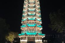 山西运城河津市九龙公园九龙塔及山上观市容的夜与昼。