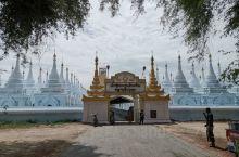 缅甸曼德勒佛塔,著名佛教圣地。院内有七百多座,每座塔内立一块石碑,上刻佛教经文。