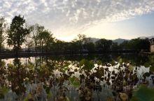 宏村秋游,下着小雨踩着泥水到了客栈,休整一下出来,拍到了雨后日落的美景
