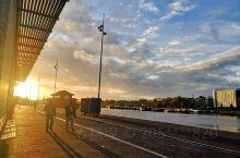 凌晨上海出发,睡一觉清晨到达阿姆斯特丹。11月荷兰进入冬令时,五点到七点多开始天亮。  阿姆斯特丹是