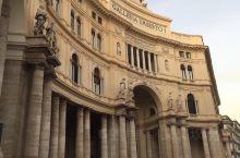 那不勒斯王宫,据说是是18世纪建筑在欧洲最大的建筑物之一。 恢宏壮阔 建筑非常壮观!真的是非常威武