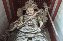 奈良东大寺中门拍到的无铁丝网版天王像!必须是蹲下来从栏杆下部空隙探进去仰拍啊!南大门的就不行,铁丝网