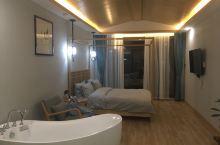 老板人很好,给我们其中的一间房升级成了带浴缸的大房间,装修很新,很干净,是喜欢的风格,有早餐哦!