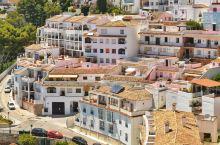 位于西班牙安达卢西亚南部的米哈斯,是典型地中海风格的白色小镇,坐落在海拔400多米高的山峦上,俯瞰着