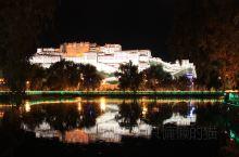 布达拉宫的夜与日 它是一座宫殿,也是一座文化宝库 它是以前西藏地区政教合一的象征 它现在还是宗教场所