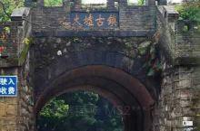 从桂林顺着漓江乘着竹筏大约二十里,就来到了大圩古镇的码头,大圩古镇的居民在河岸边搭建了一个个结实
