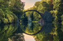 如同魔法世界入口的神秘桥。 位于Rakotzbrücke,建于1860年, 德国东部的克