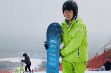 滑雪小白选单板还是双板呢?  这次去石京龙滑雪场开板,之前滑了几次双板,这次一不小心就选了单板,所以