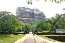 【狮子岩】是岛国斯里兰卡最漂亮的旅游景点之一。 狮子岩是俯卧在丹布拉平原上的一块高达200多米的巨石