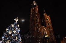 波兰 克拉科夫老城,位于波兰南部维斯瓦河上游左岸,是中欧最古老的城市之一。中央集市广场是全欧洲中世纪
