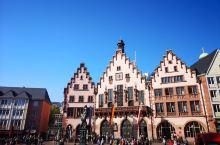 法兰克福的老市政厅,是当地比较有名的老建筑了。中间的广场上聚集了很多游人和本地人。市政厅是当地人结婚