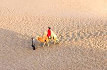 额济纳八道桥位于巴丹吉林沙漠北缘。这里和其他几道桥风光不同,这里没有胡杨,只有黄沙。而且这里是欣赏沙