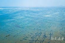 沿着枸杞岛海岸参差叠加的民居,下面就是一大片壮观的海上养殖基地。站在山顶,蔚蓝的大海在夕阳的映照下水