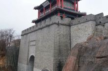 虎山位于丹东市城东十五公里的鸭象江畔,是国家级鸭绿江风景名胜区的一个重要景区,它隔江与朝鲜的于赤岛和