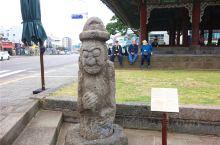 石老人是韩国济州岛的重要标志,作为一个原始信仰的图腾石老人,他具有很大的守护意义和标志性的形象象征,