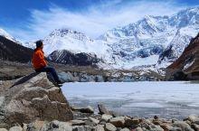 一个人独行米堆冰川。在一个叫米堆的藏族村庄后的一座海拨6385米的雪峰周围,诞生了一个壮美的精灵——