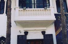 一部经典老电影《北非谍影》令人神往卡萨布兰卡。那间里克咖啡馆重现了汉弗莱鲍嘉和英格丽褒曼在经典电影中
