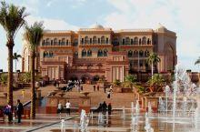 被誉为世界上唯一八星级的阿布扎比八星酋长皇宫酒店,是一座古典式的阿拉伯皇宫式建筑,22吨黄金把酒店装