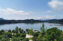 团建去的千岛湖,住在千岛湖滨江希尔顿度假酒店,酒店非常不错,江景房能够看到很美的景色。可惜坐游船去逛