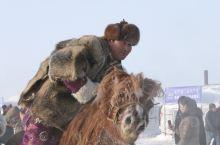 呼伦贝尔的冬季那达慕,真是极其寒冷,如用手机拍照,十几分钟就自动关机了。那达慕的场面气势跟大,都穿着