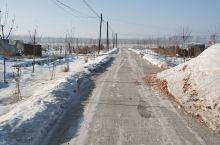 雪后的东北成为美丽的城市,道路两旁的雪堆是新一年的好兆头,成排的树林为村庄增添了美!
