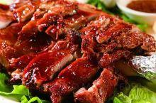 羊肉,性温,羊肉有山羊肉、绵羊肉、野羊肉之分,古时称羊肉为羖肉、羝肉、羯肉。  它既能御风寒,又可补