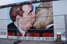兄弟之吻: 当年117名来自21个国家的艺术家在1316米长的墙面上留下了涂鸦作品,成为了今天人们了