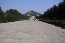 乾陵,位于陕西省咸阳市乾县县城北部6千米的梁山上,为唐高宗李治与武则天的合葬墓,占地面积40平方千米