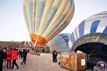 棉花堡·土耳其爱琴海地区  大年初一一早乘车到达热气球基地,看着热气球点火加气,坐上热气球慢慢从地面