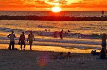 以色列 特拉维夫 地中海的日落 恰逢中国中秋节,在地中海海滩等待日落。海面平静,微波泛起涟漪。血色黄
